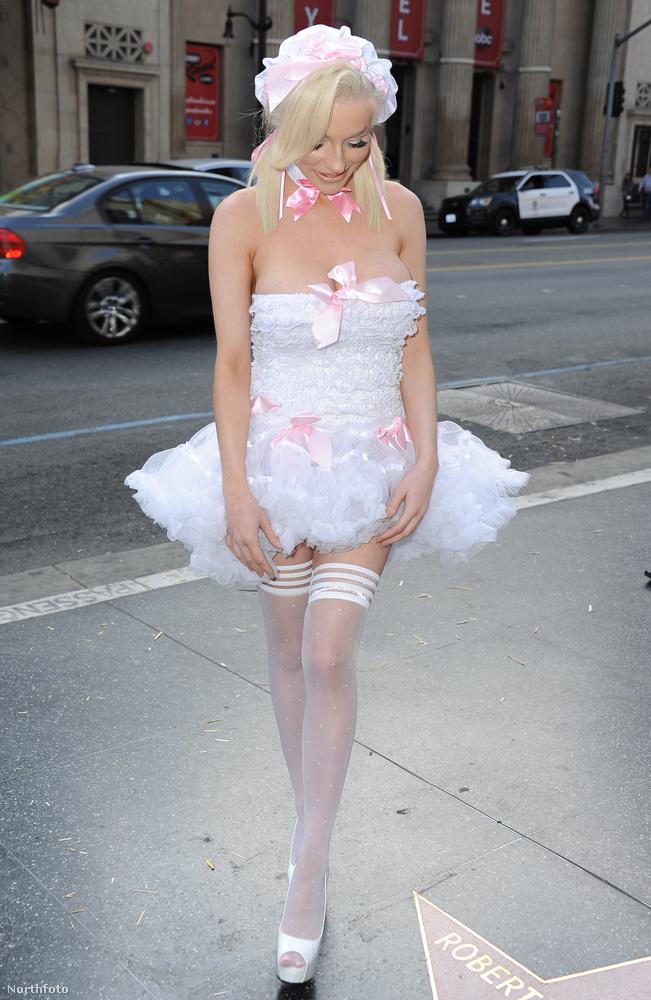 Nagyon szeret ilyen kevés ruhában mutatkozni, de látjátok, ugye, hogy ez nem való?