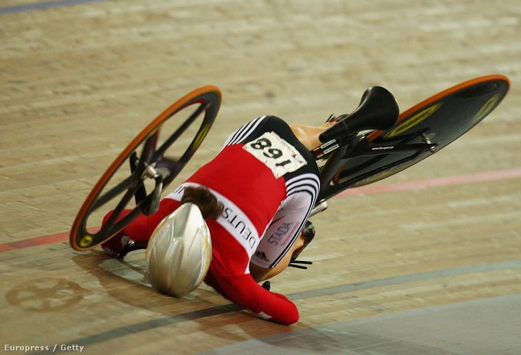 Erről a képről nem sokat tudni azon túl, hogy 2007-ben készült, egy német biciklista, Dana Gloss és egy katasztrofálisan nagy bukás látható rajta