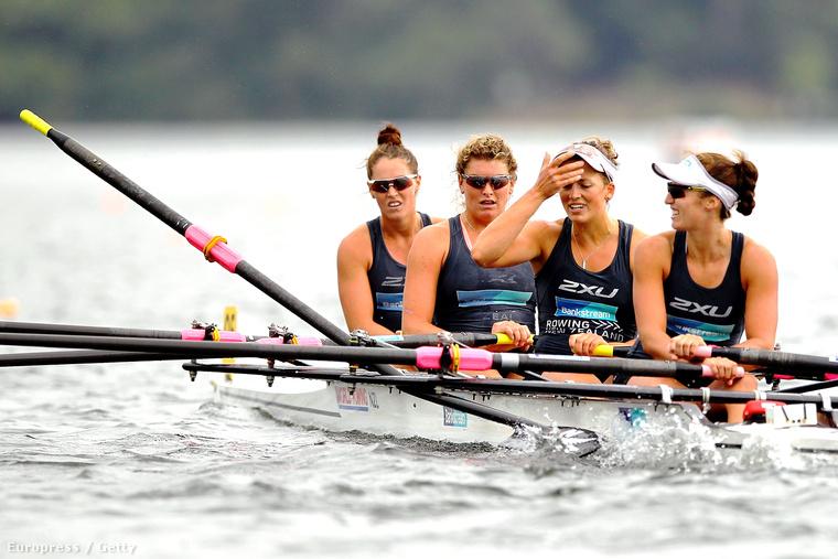 Új-Zélandi evezősök csodálkoznak miután eltört az egyik evezőjük 2014-ben.