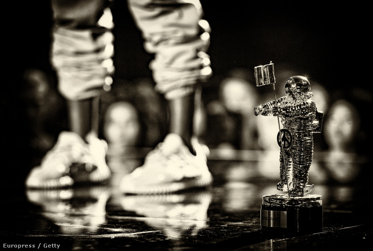 Kanye West lába és a díja az MTV VMA-n 2015 agusztusában