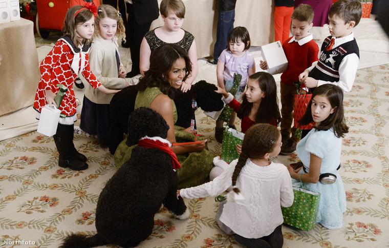 Bizony, látják, Michelle Obama itt éppen katonacsaládokba született gyerekekkel társalog
