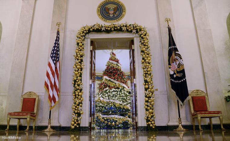 Az Egyesült Államok elnökének (és családjának) otthona, a Fehér Ház ugyanúgy feldíszíttetik minden karácsonykor, mint szerencsés esetben minden otthon