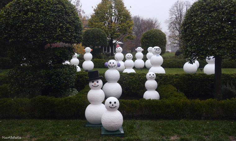 Az ötvenhat hóember az ország tagállamait és felségterületeit szimbolizálja.