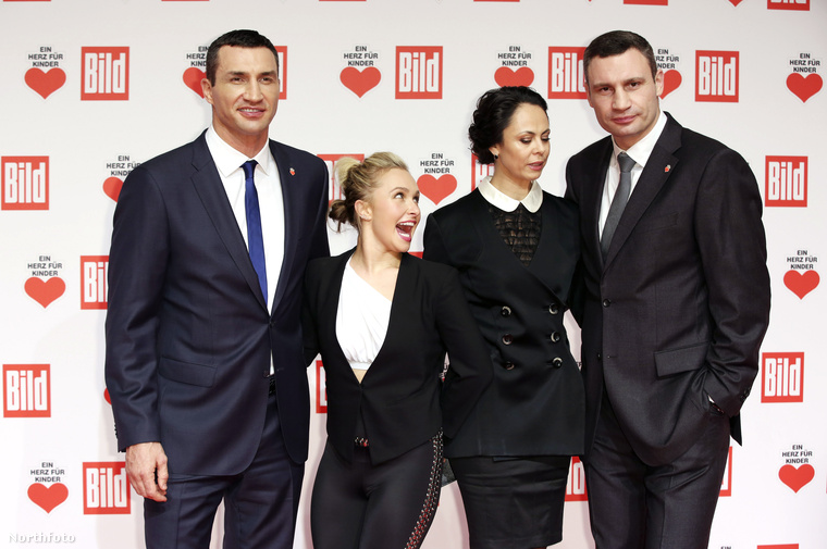 A Klicskó-família (Vladimir, Vitalij, és utóbbi neje, Natalia) mellett kicsit eltörpülő Panettiere kifejezetten felszabadultnak látszott a vörös szőnyegen.