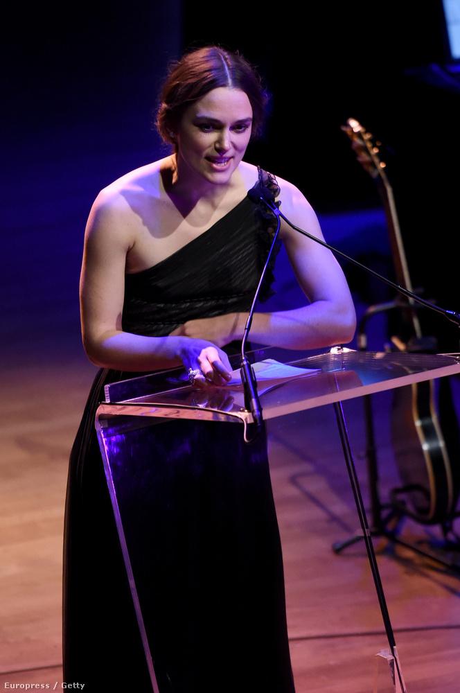 Keira Knightley nagyon sokszor visel Valentino-kreációkat, szóval érthető, hogy beszédet mondott az estélyen.