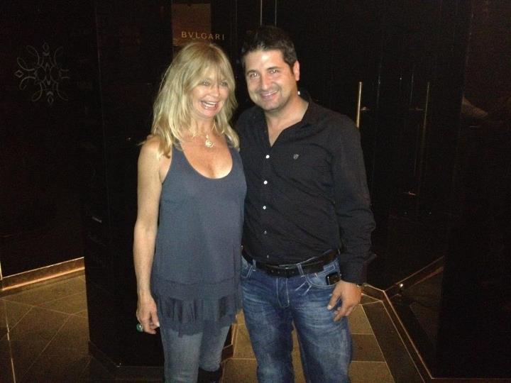 Ezért a képéért, amelyen Goldie Hawnt ölelgeti, irigyeljük.