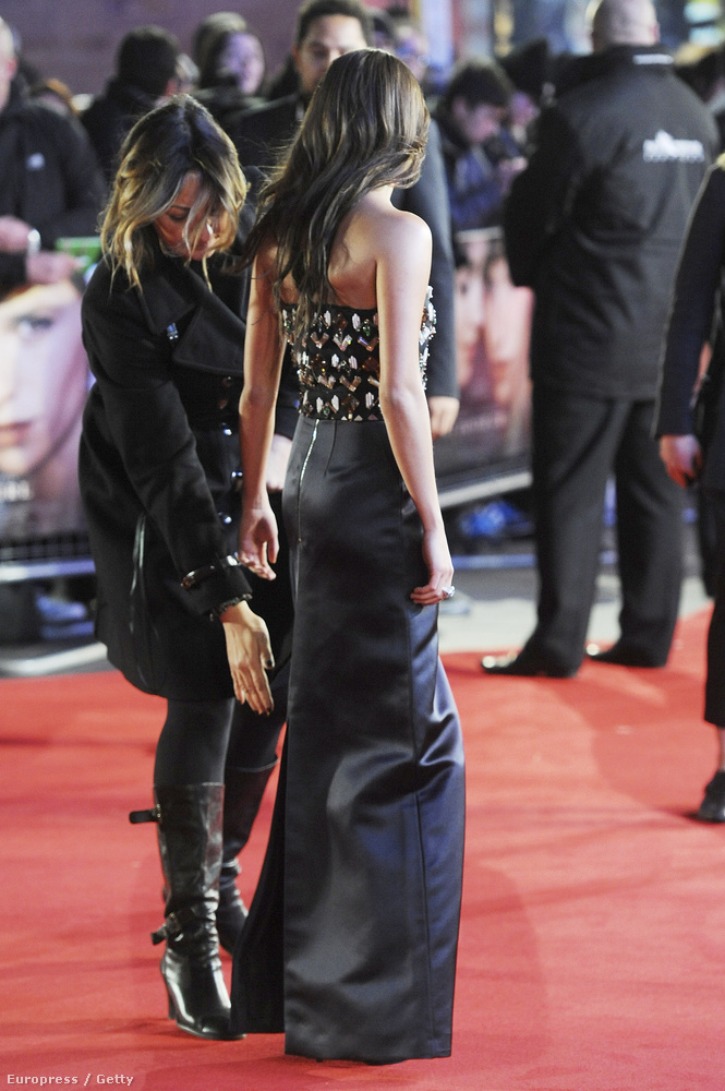 """A 27 éves svéd színésznő csütörtökön """"A Dán lány"""" című film londoni premierjén vett részt, ahol formás fenekével lopta el a showt."""