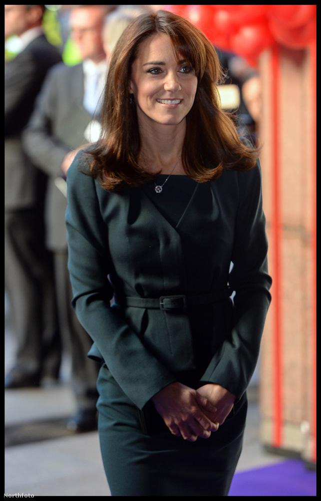 Sőt, Katalin tökéletes hercegnéként mosolygott tökéletesen a tökéletes ruhájában...