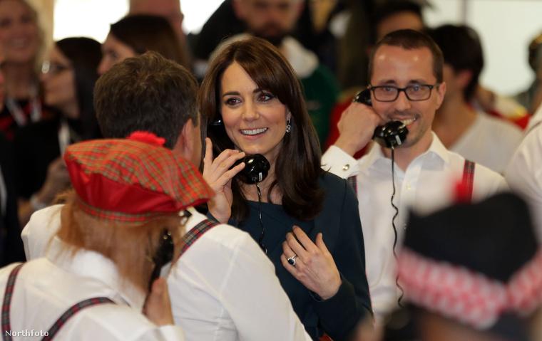A brit hercegi párt egy jótékonysági nap alkalmából hívták meg egy londoni tőzsdére, ahol úgy néz ki, az a szokás, hogy ezen a jótékonysági napon mindenki nagyon mókás