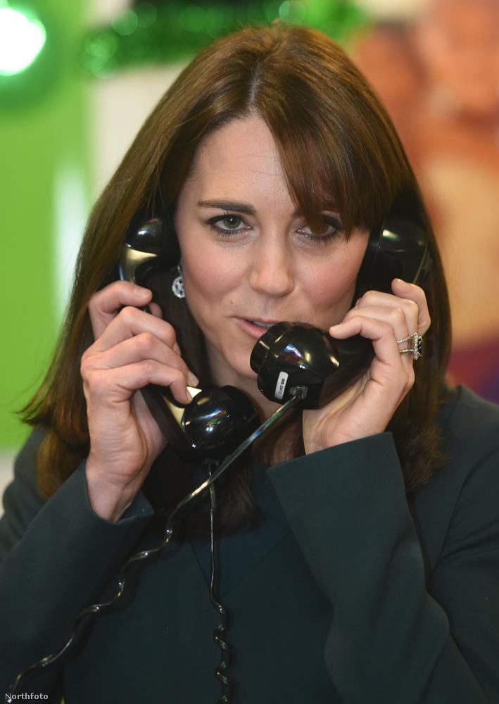 Anniyra túltolta a bulit, hogy már egyszerre két telefonnal nyomta