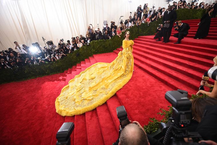 Azt sem tudjuk, Rihanna hogy sétált ebben az izében