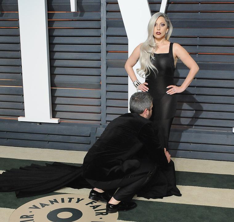 Lady Gaga biztos direkt választ olyan darabot, amit egyedül nem tud elrendezgetni a fotófal előtt