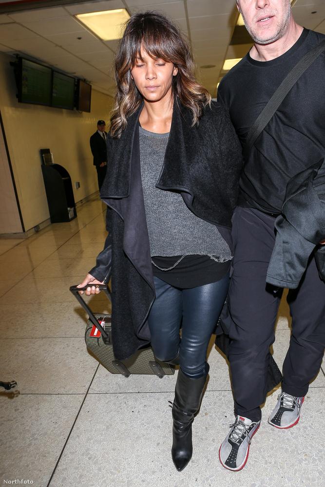 Halle Berry december 9-én a Los Angeles-i nemzetközi repülőtérre érkezett.
