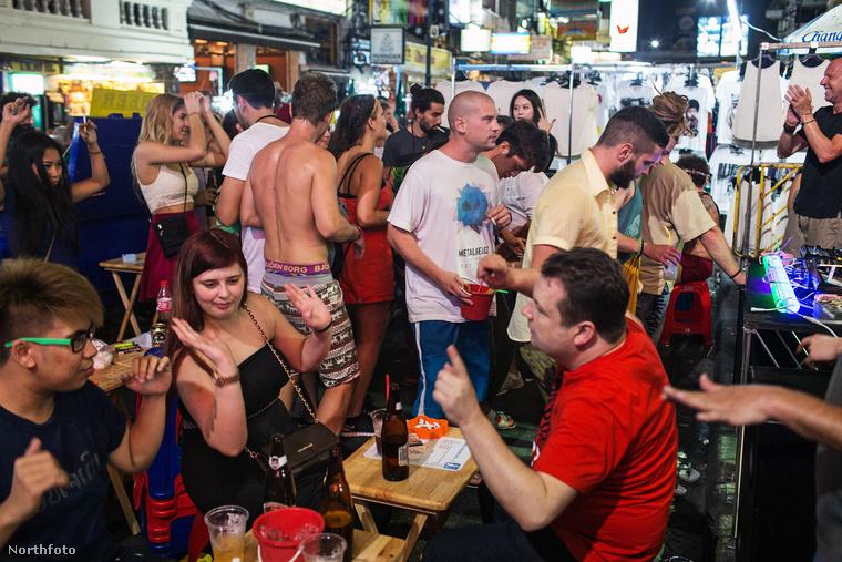 Az utcákon és a szórakozóhelyeken hemzsegnek a turisták, és nem limonádé mellett jutnak filozófiai magasságokba.