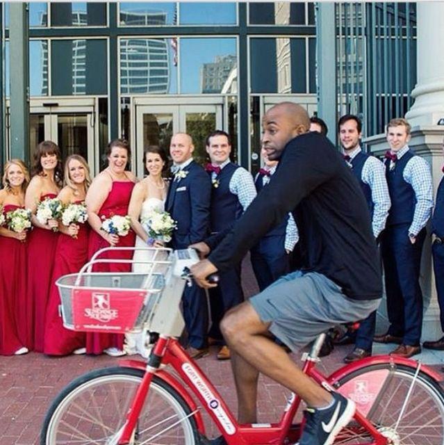 Szintén egy esküvői fotózást bombázott szét ez az úr, aki kitűnő időzítéssel tekert el az egybegyűltek előtt.