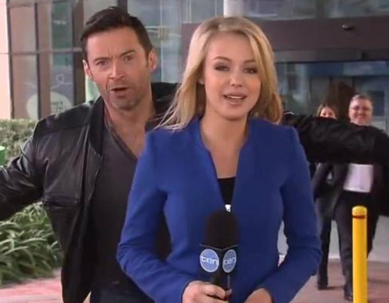 Hugh Jackman pedig Sydneyben tartogatott egy kis meglepetést a Chanell 10 riporternőjének, aki egy kínos mosoly kíséretében vette tudomásul, hogy most photobombing áldozata lett.