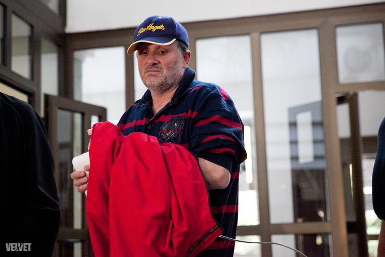 Galambos Lajost szeptember 22-én vették őrizetbe, mivel a gyanú szerint évekig lopta a gázt, áramot és vizet