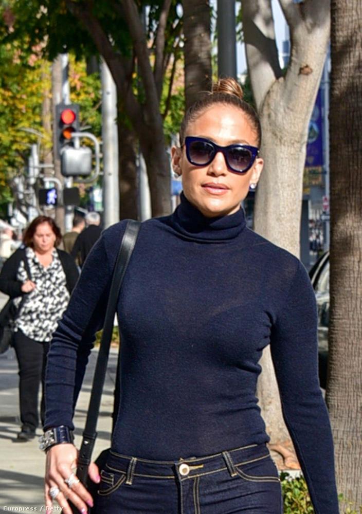 Jennifer Lopeznek vasárnap Los Angelesben szottyant kedve egy kis sétához, ami igazából csak azért érdekes, mert önmagához képest is dögösen festett.
