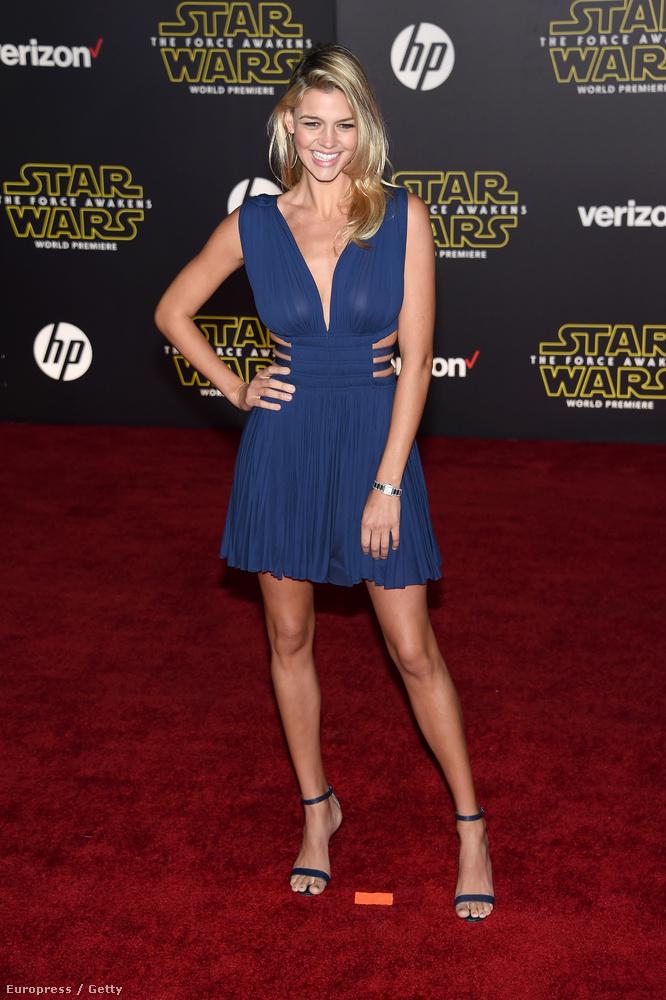 Kelly Rohrbach, Leonardo DiCaprio (modell) menyasszonya ebben a kék koktélruhában ácsorgott,