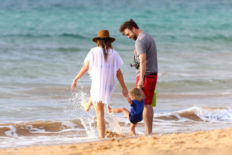 A kis család láthatóan nagyon élvezte az óceán nyújtotta örömöket.