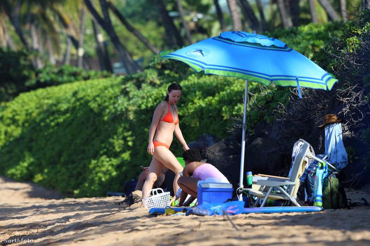 Előző posztunkból már tájékozódhatott róla, hogy a színésznő nem egyedül henyélt a strandon.