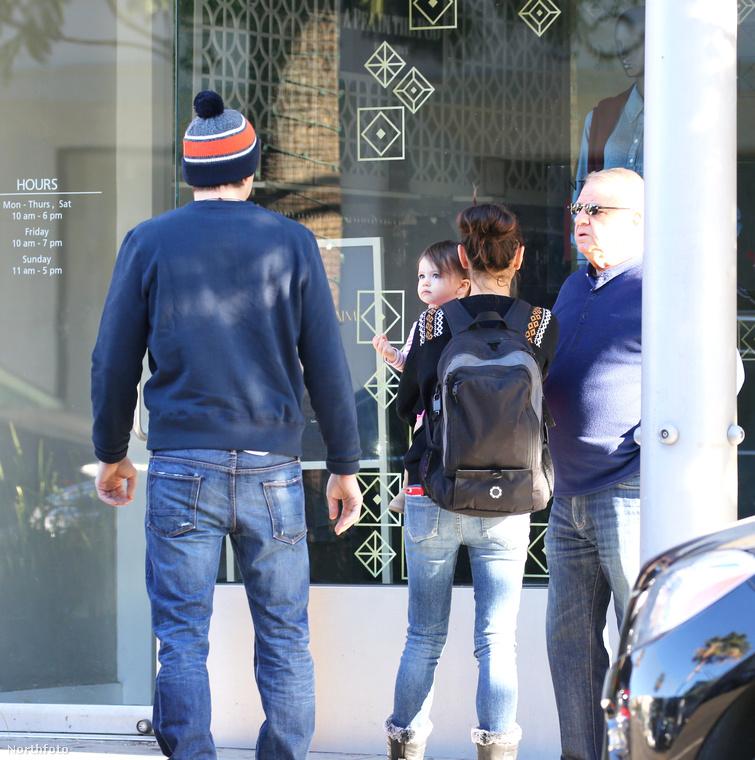Mila Kunis hátizsákkal és farmerben sétálgatott.