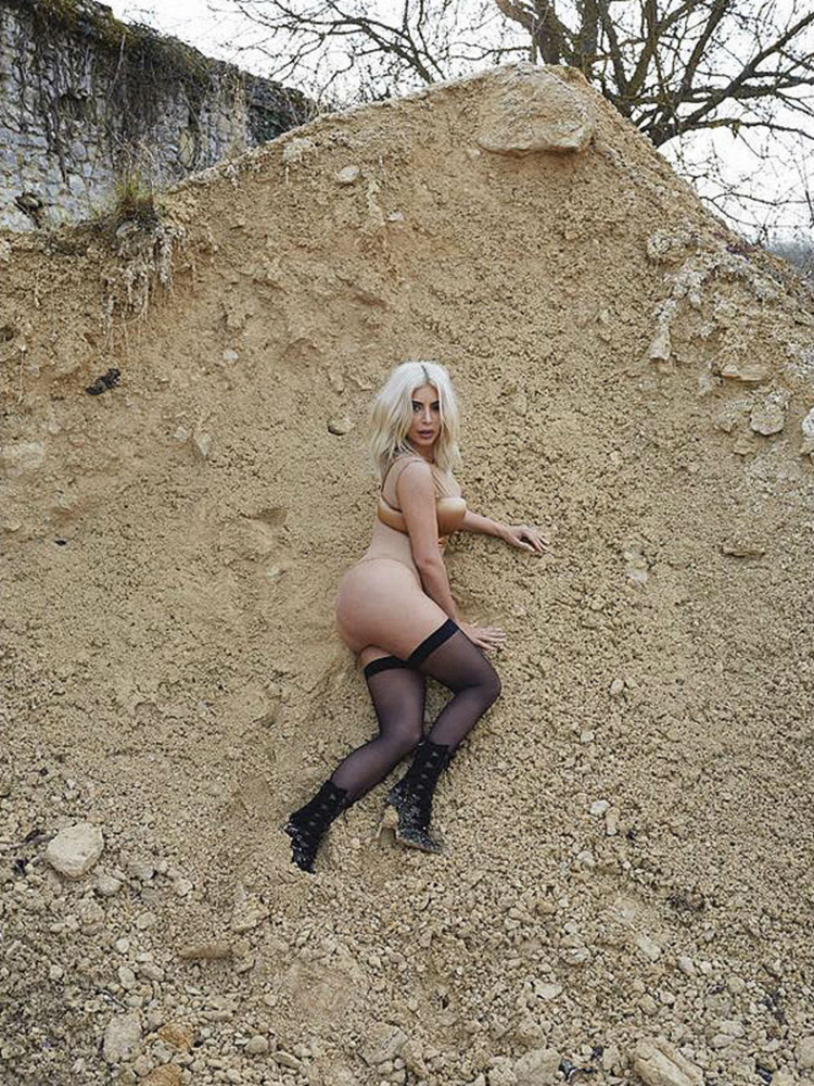 Július                         Jürgen Teller nagyon művészinek gondolta azt, hogy a bugyis Kim Kardashiant beledobja egy halom sóderbe