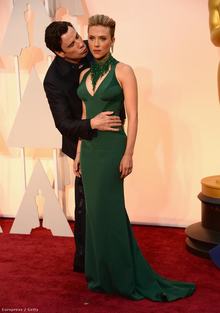 Február                         A mai napig érthetetlen, hogy mi történt ezen az Oscar díjátadón készült képen, és hogy John Travolta mit művelt az élettelen viaszbábunak tűnő Scarlett Johanssonnal
