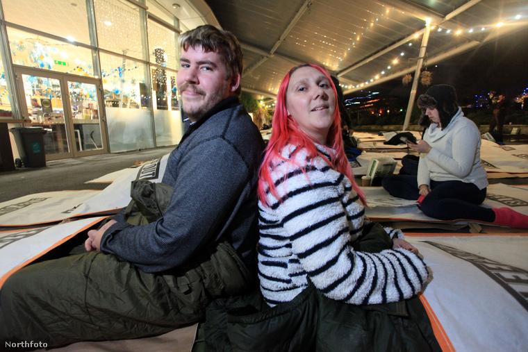 A férje gondozásáért kapott támogatással együtt a munkanélküli nő havi 1600 fontot kap (675 ezer forint) amiből egy szabad szemmel is jól látható részt költ a versenyekre