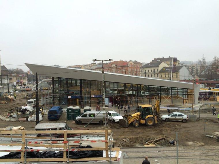 A metróépület jóval több bejáratot és üvegfalakat kapott.