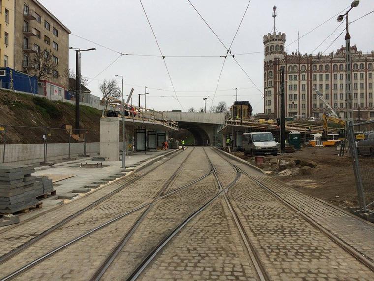 A Déli pályaudvar felől érkező villamosok végállomásánál új, hosszú utasvárók épültek, melyek lefedik a teljes peront és beépített vízelvezető rendszerük van.
