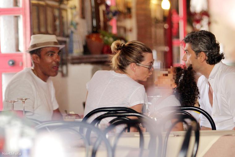 Itt meg azon merengtünk, hogy vajon ki ez a színésznő, aki épp Taorminán nyaralgat, és ebédelget a családdal.