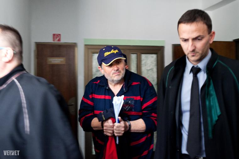 Lagzi Lajcsi is sokat szerepelt a lapokban az áramlopási ügye miatt: kiderült egyrészt, hogy korábban Welsz Tamással barátkozott, másrészt, hogy a börtönből is tud reklámozni