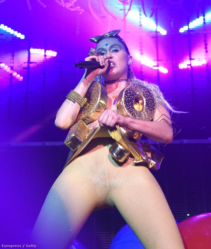 Szintén új koncertturnéján mutatta meg, hogy szinte felesleges volt felhúznia ezt a leggingset