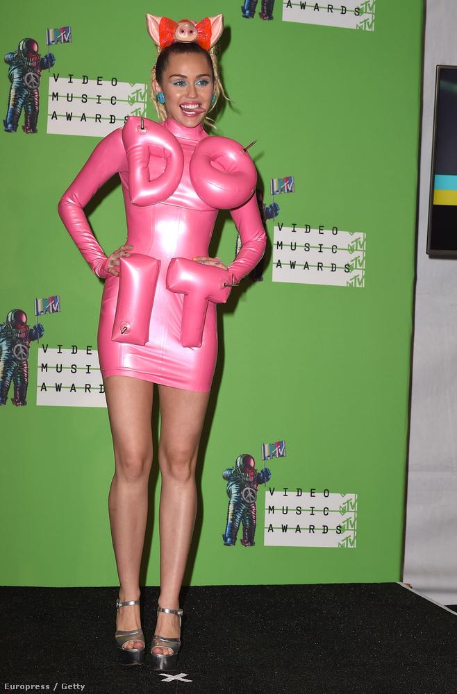 Még mindig a MTV VMA, ez a latexruha azért még úgy is erős, hogy már tudjuk, év végére ezerszer durvább szettekben lépett színpadra.