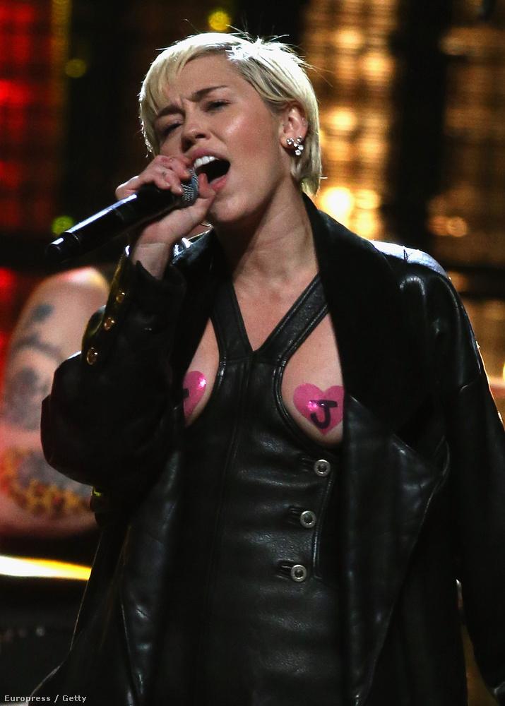 Úgy tűnik, Miley Cyrus egyelőre egyáltalán nem akar a háttérbe húzódni, egy jó kemény 2014 után az idei évet is rendesen meghúzta