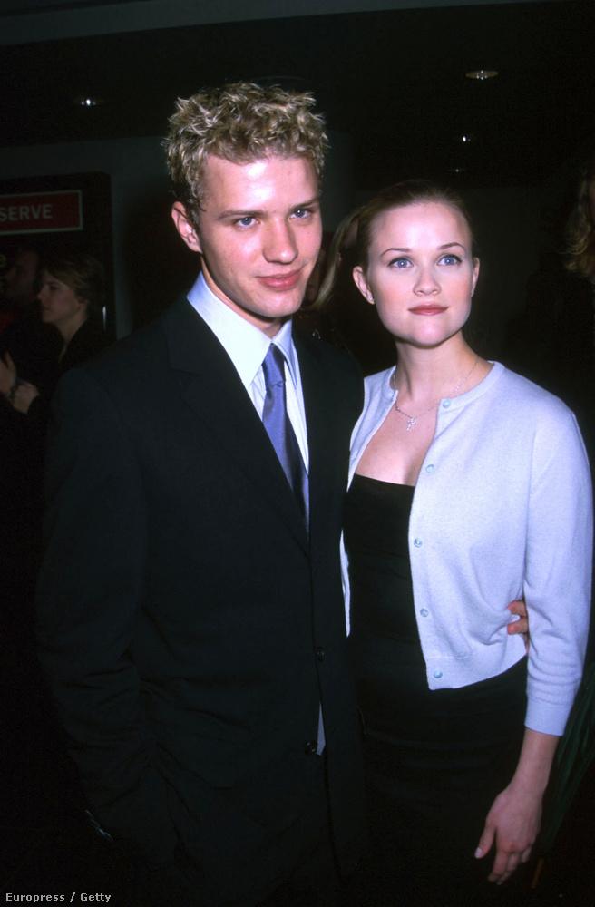 Ha nehéz lenne felidézni a 90-es évek végét, segítségül itt egy akkori közös fotó róla és Reese Witherspoonról