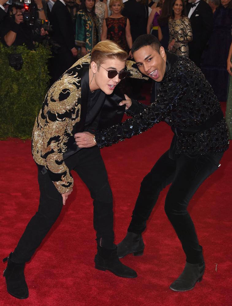 Bieber a MET-gálán, mellette Olivier Rousteing divattervező