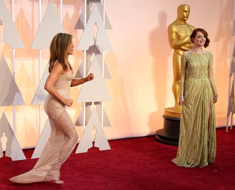 Az idei Oscar-gála, Jennifer Aniston valahova rohant
