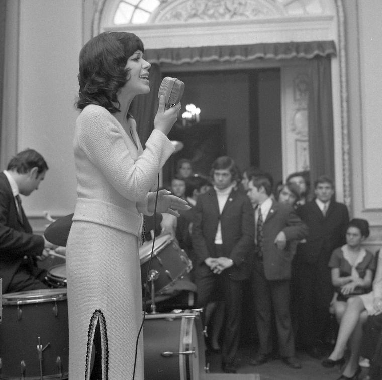 Harangozó TeriAmikor ez a kép 1968-ban elkészült róla, Harangozó Teri énekesnő már három éve híres volt az 1965-ös Ki mit tud? kapcsán