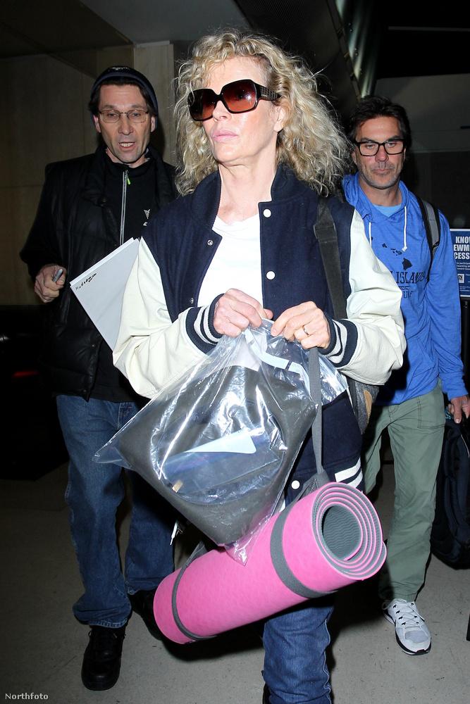 Ennek ellenére Stone nekiment egy fotósnak, és a reptér egyik biztonsági emberének kellett közbeavatkoznia, nehogy fizikaivá váljon a verbális agresszió.
