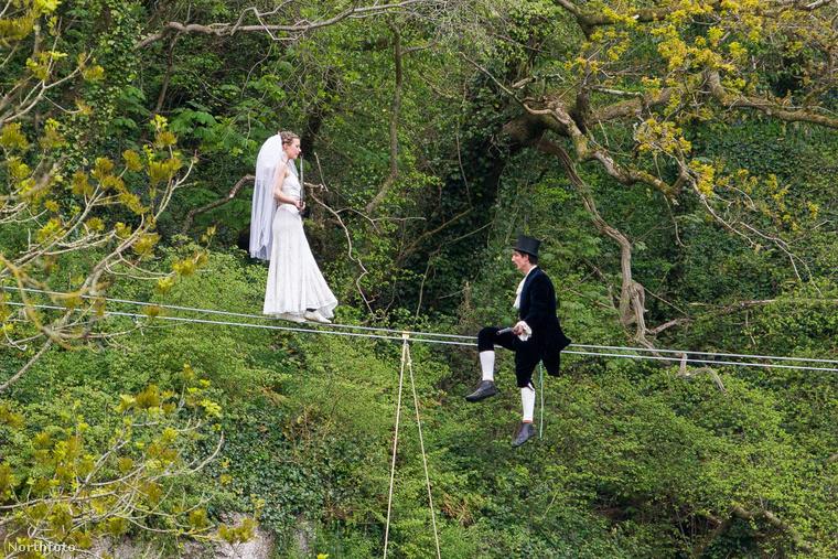 A képek egyébként nem az igazi esküvőn, hanem csak a főpróbán készültek