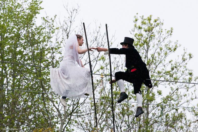 Úgy hívják őket, hogy Chris Bull és Phoebe Baker, és konkrétan a kötélen egyensúlyozva mondták ki az igent