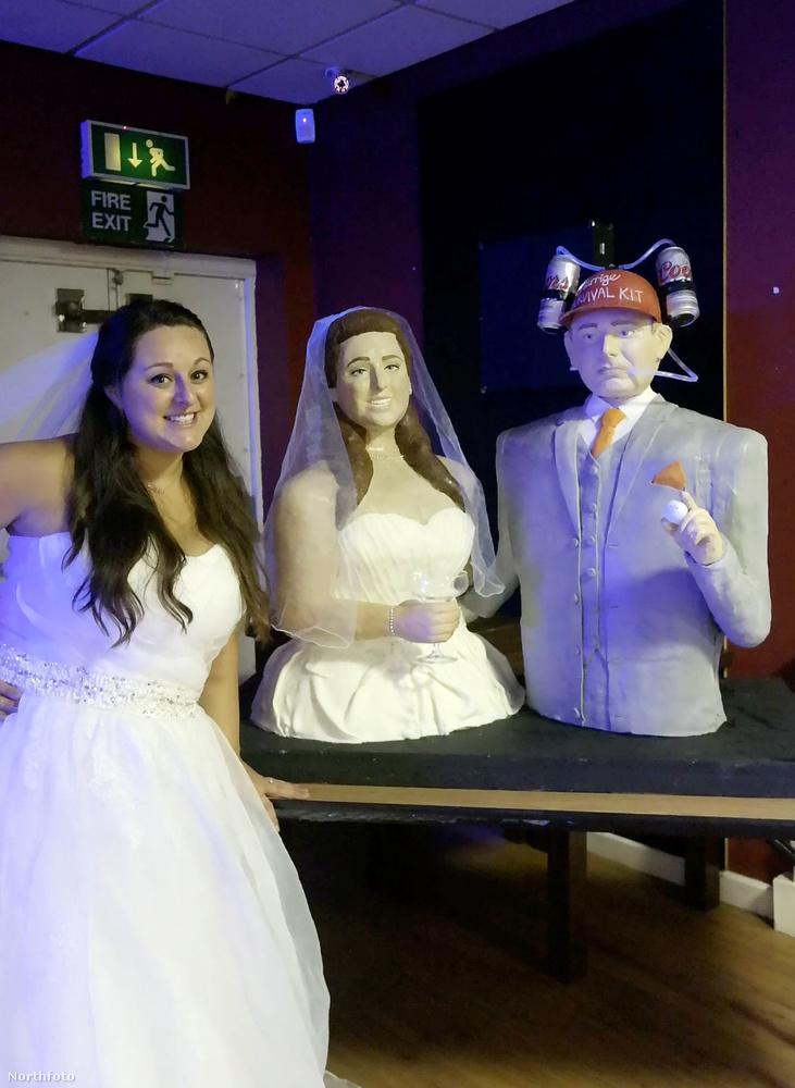 A két torta összesen húsz kilót nyom, és mint látható, a menyasszonyt és a vőlegényt formázza