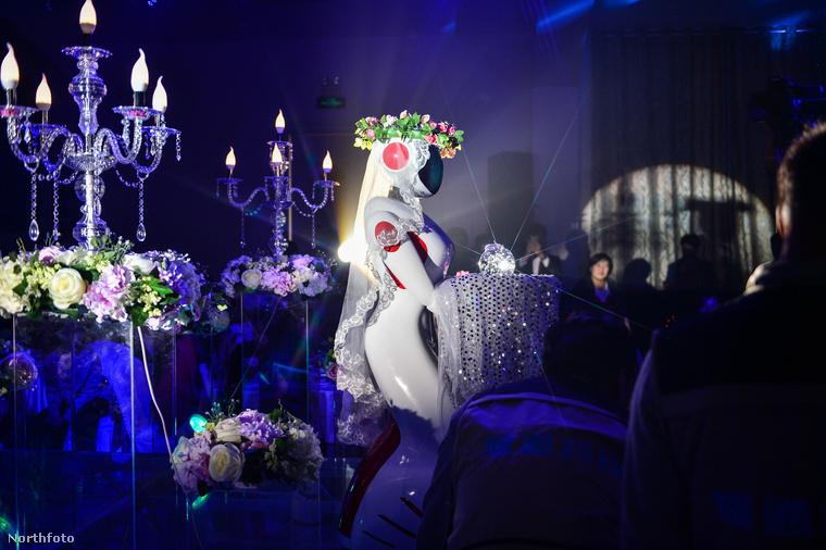 Mondjuk idén láttunk már 100%-ban robotizált esküvőt is, de valahogy ahhoz képest ez a lagzi sokkal szimpatikusabbra sikerült