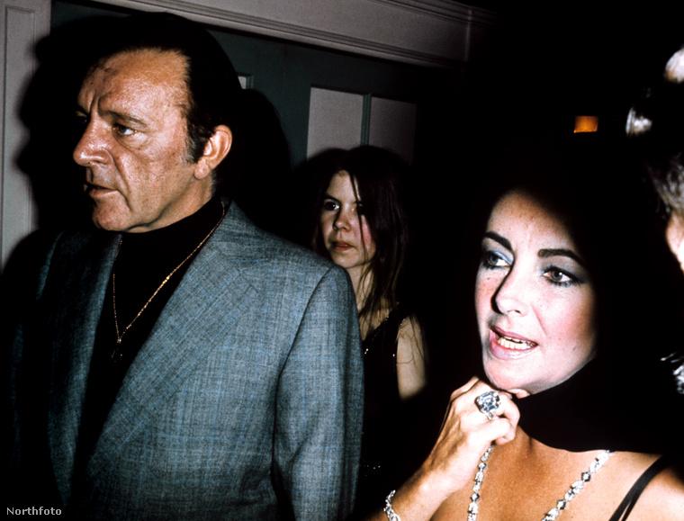 30Na de a rekord akkor is Liz Tayloré, illetve kétszeres férjéé, Richard Burtoné, aki egy elég súlyos ékszerrel lepte meg legendás feleségét – csak a gyémánt hat gramm volt benne!