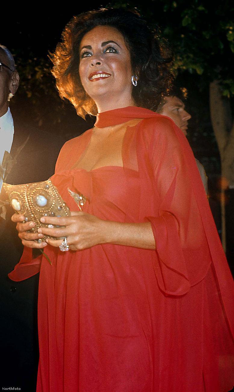 Látják azt hatalmas gyémántgyűrűt ott Liz Taylor ujján? Férjétől, Richard Burtontől kapta