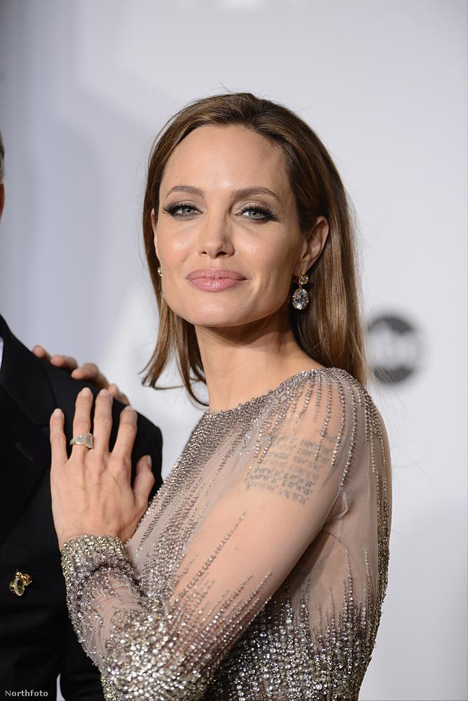 16Ugyanabban az évben, amikor Brad Pitt exe kapott egy 10 karátos gyémántot új vőlegényétől, maga Brad Pitt is adott egy ékkövet Angelina Jolie-nak