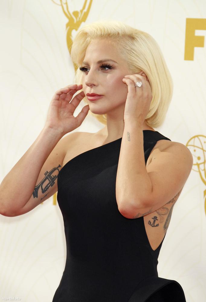15Lady Gaga meg idén kapta ezt a gyűrűt Taylor Kinney-től