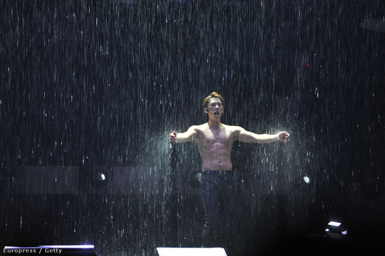 Ő egy japán énekes, a művészneve, nem fogják kitalálni, az, hogy Rain, azaz eső